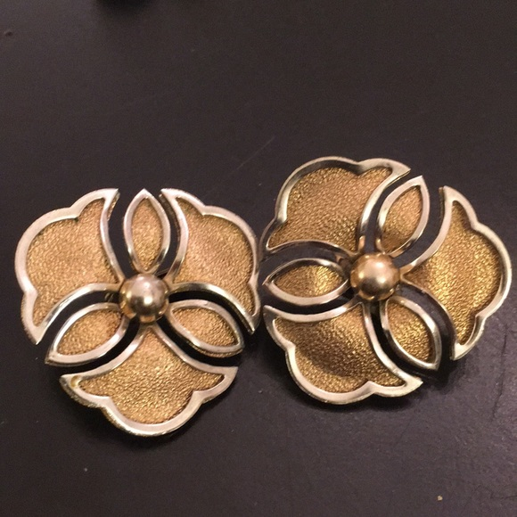 Sarah Coventry Jewelry - Sarah Coventry signed mod 60s stylized flower er